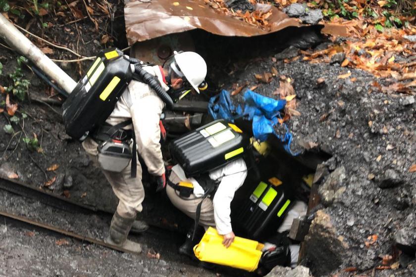 Tahlisiye ekibi mahsur kalan işçilere ulaşmak için kaçak ocağa girdi.