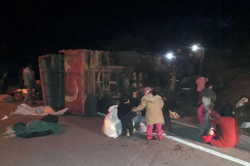 Mültecileri taşırken devrilen kamyon.