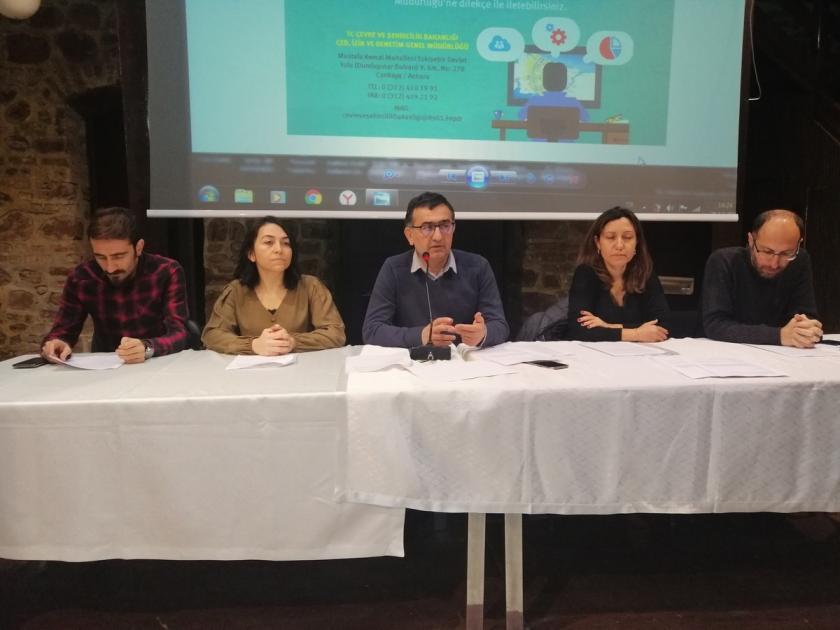 TMMOB Kocaeli İl Koordinasyon Kurulu üyeleri açıklama yapıyor.