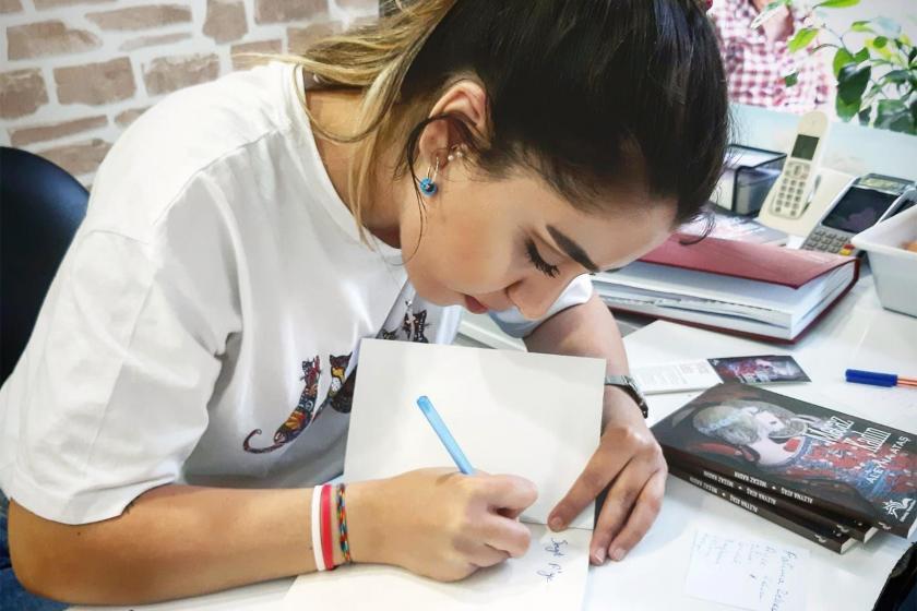"""Genç Yazar Aleyna Ataş """"Mecaz Kadın"""" isimli yeni kitabını imzalarken"""