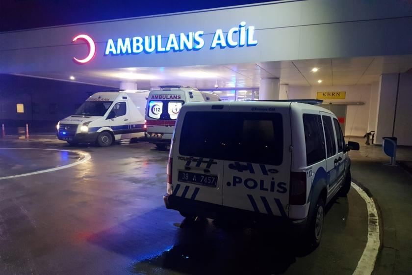 Hastane önünde bekleyen ambulans ve polis otosu