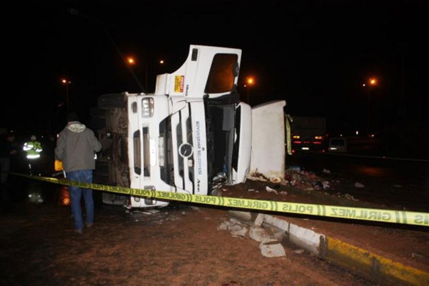 Diyarbakır'da devrilen çöp kamyonu