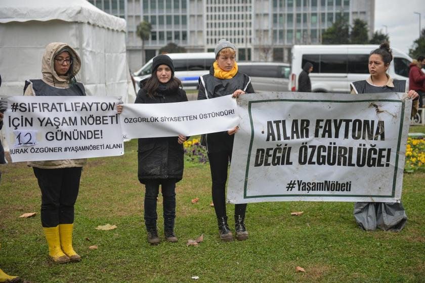 İBB binası önünde eylem yapanlar 'Atlar faytona değil özgürlüğe!' pankartı tutarken