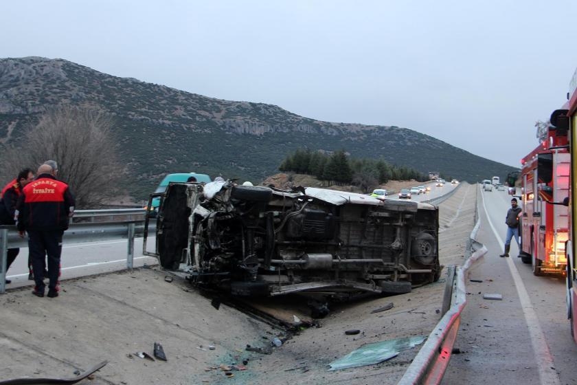Isparta'da refüje devrilen minibüsün kaza sonrası çekilmiş fotoğrafı