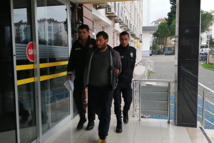 Eşini darbederek ağır yaralayan Mehmet K. (ortada)