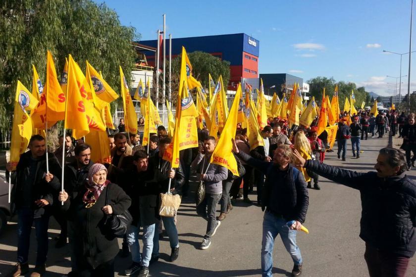 Sahte sigorta uygulamasına karşı yürüyen DERİTEKS üyesi işçiler