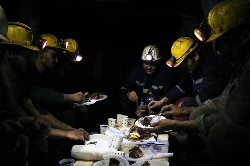 Yer altında yeni yılı kutlayan maden işçileri