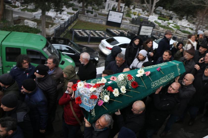 İHD Eş Genel Başkanı Eren Keskin'in annesi Fatma Sevgi Keskin'in tabutu omuzlarda taşınırken