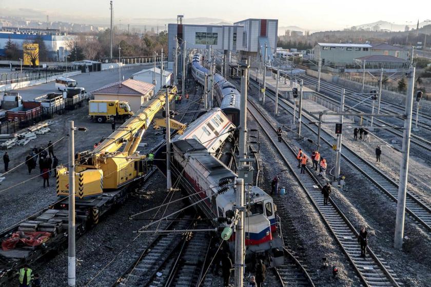 Raydan çıkmış tren