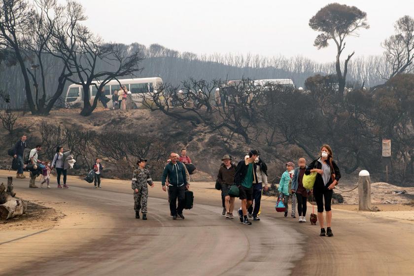 Avustralya'da yangın nedeniyle yerlerini terk eden kişiler