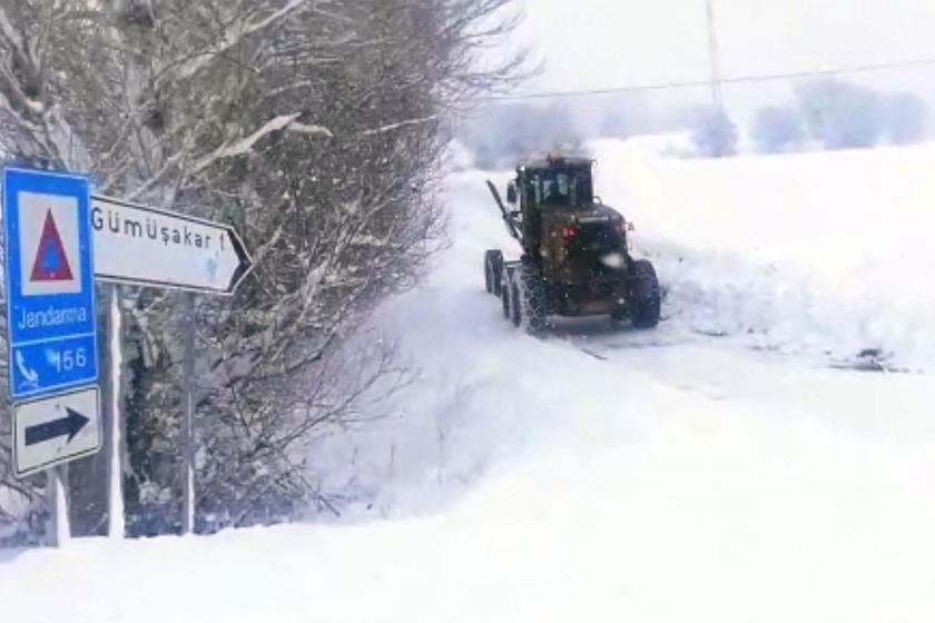 Erzincan'da kar nedeniyle yolda kalan traktör