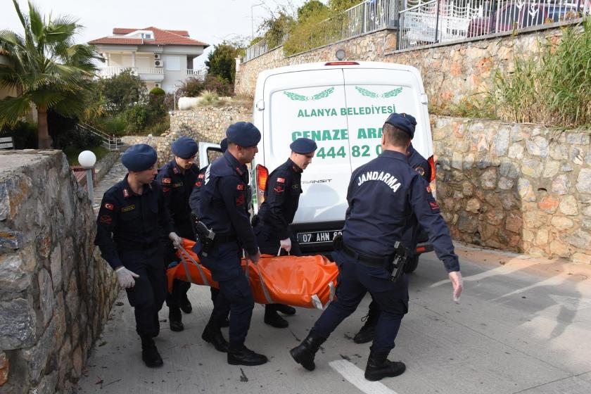 Alanya'da Doktor Leman Yaman ve İssaf Skaf'ın ölü olarak bulunduğu evden cesetler çıkarılırken