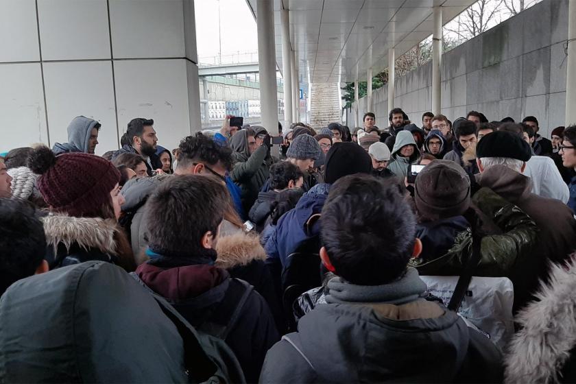 İTÜ'de soruşturma ve fahiş fiyatları protesto etmek üzere toplanan öğrenciler