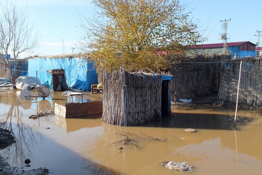 Adana'da tarım işçilerinin çadırları su altında kaldı