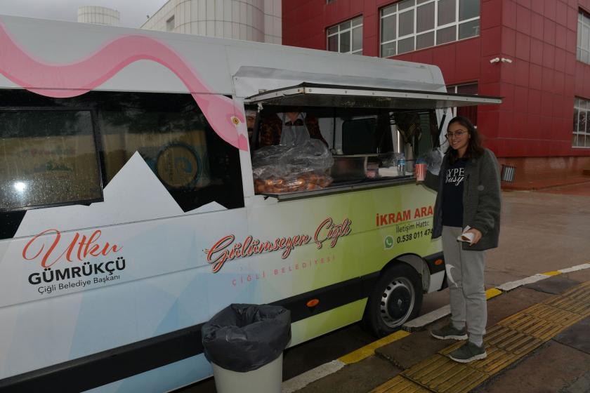 Çiğli belediyesi öğrenciler için çorba dağıtımı başlattı.