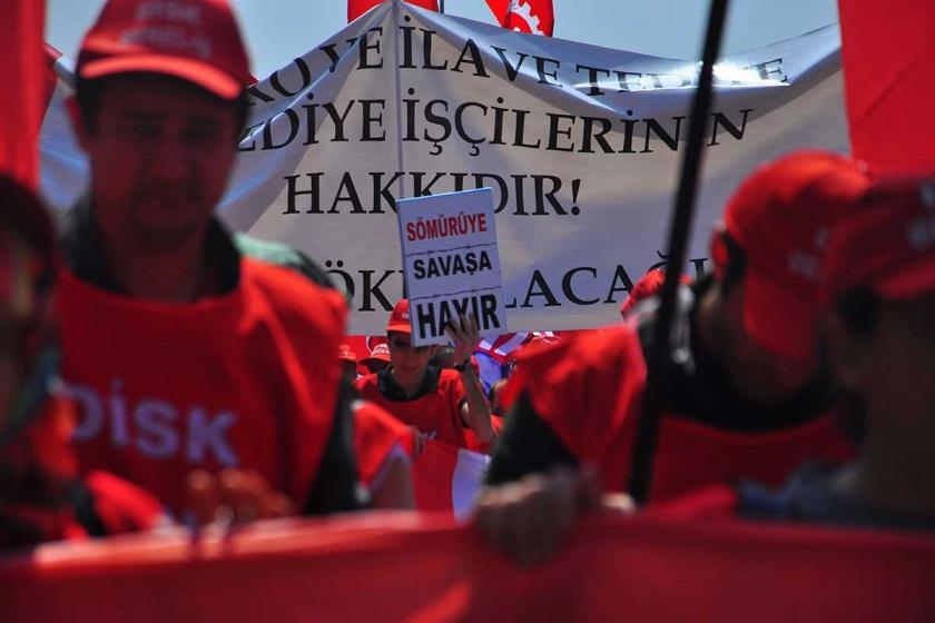 DİSK üyesi emekçiler 1 Mayıs mitinginde 'Sömürüye, savaşa hayır' dövizi ile yürürken