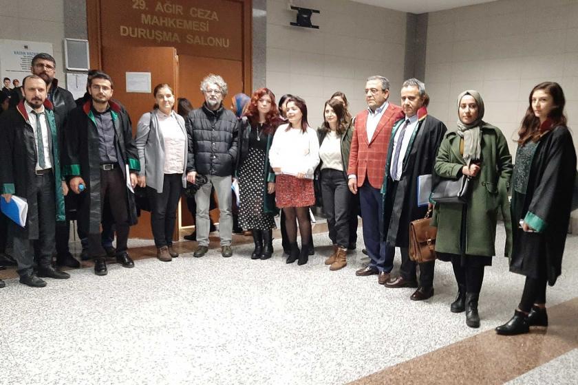 Gazeteci Seyhan Avşar, CHP Milletvekili Sezgin Tanrıkulu, Sınır Tanımayan Gazeteciler (RSF) Türkiye Temsilcisi Erol Önderoğlu ve avukatlar duruşma salonu önünde poz verirken.