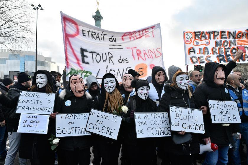 Fransa'da Macron'un 'emeklilik reformu' yasasına karşı başlatılan grev sürüyor
