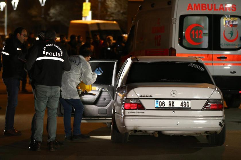 Ankara'nın Mamak ilçesinde seyir halindeki bir otomobile başka bir araçtan ateş açılması sonucu bir kişi hayatını kaybetti