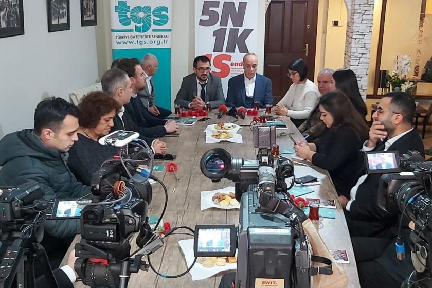 Türk-İş Başkanı Ergün Atalay, TGS Başkanı Gökhan Durmuş, TGS yöneticileri ve gazeteciler TGS binasındaki masada sohbet ediyor.
