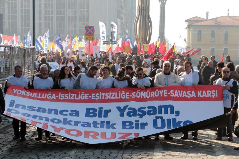 KESK pankartı ve miting katılımcıları