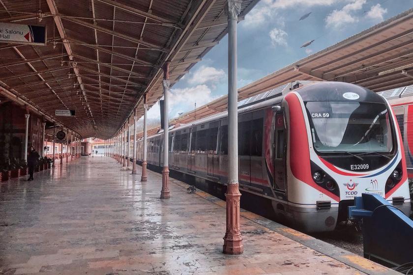 İstasyonda bekleyen Marmaray treni.