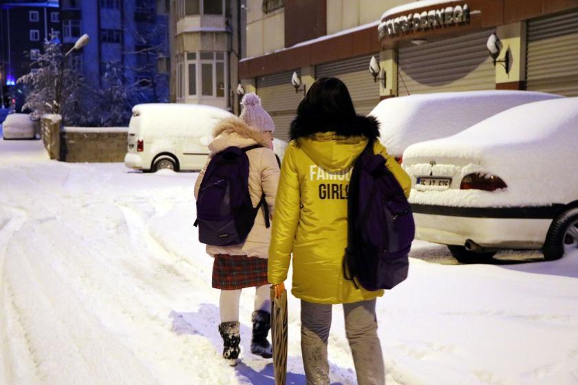 Van'ın İpekyolu ilçesinde kar yağışı altında yürüyen çocuk ve annesi