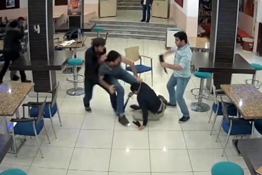 cumhuriyet.com'da yayınlanan 'Öğrencilere pala ve silahlı saldırı anı kamerada' başlıklı videodan alınan görüntü