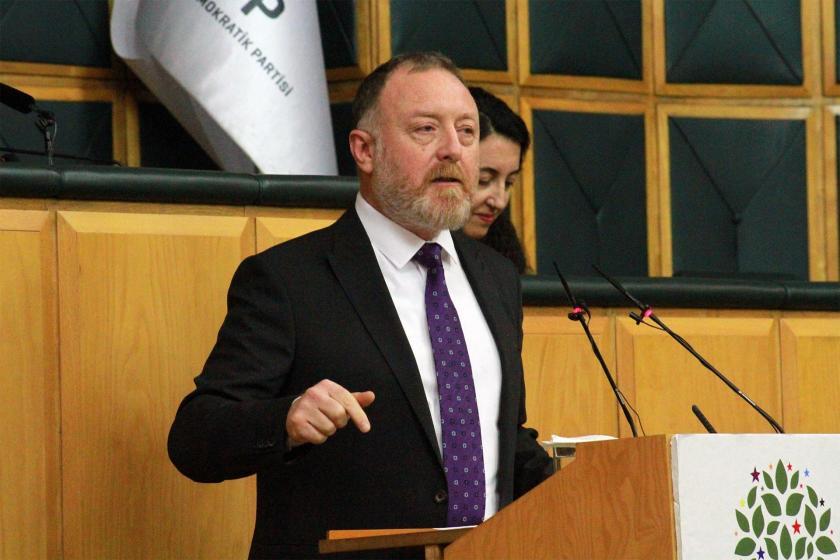 HDP Eş Genel Başkanı Sezai Temelli kürsüde konuşma yapıyor