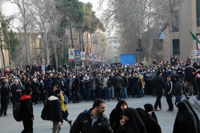 İran'da hükümeti protesto etmek için sokağa çıkan üniversite öğrencileri