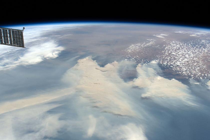Dünya üzerindeki yangın dumanlarını gösteren uzaydan çekilmiş fotoğraf.