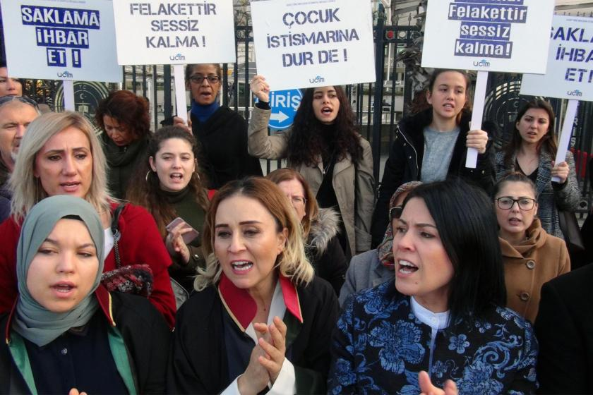 Antalya'daki çocuk istismarı davası sonrası adliye önünde açıklama yapan kadınlar