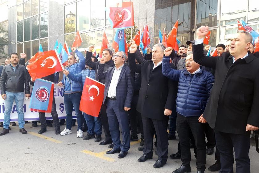 İzmir'de MESS'i protesto eden Türk Metal üyeleri