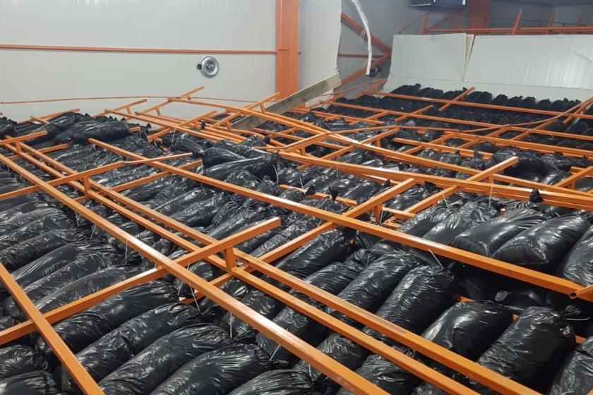 Mantar üretim çiftliğinde devrilen çelik raflar
