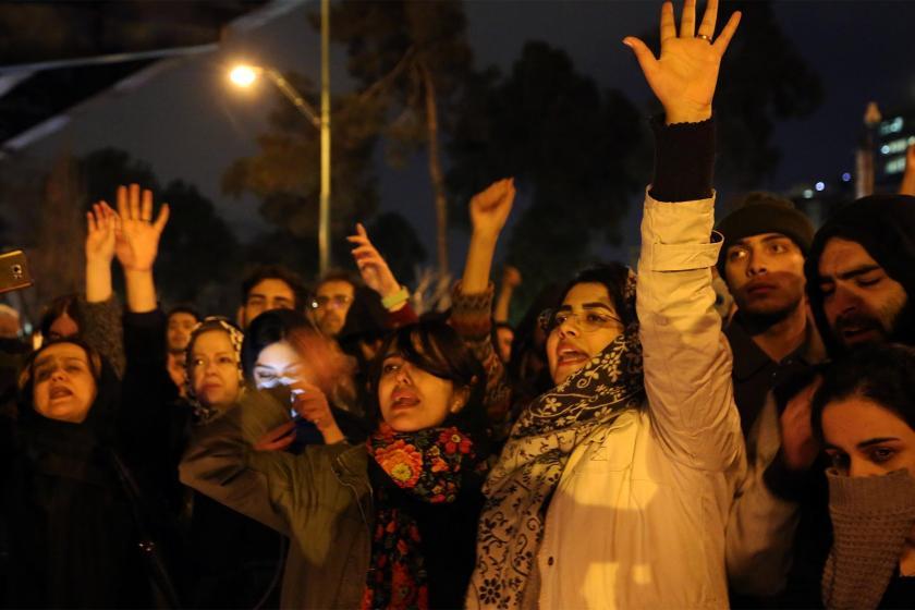İran'da eylem yapan öğrenciler
