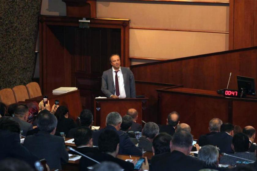 İstanbul Avcılar Belediyesi Belediye Başkanı Turan Hançerli, İBB Meclis toplantısında kürsüde konuşurken