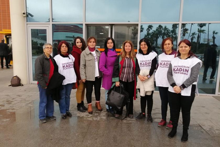 İskenderun Kadın Platformu üyeleri ve Avukat Mehtap Sert (sağdan dördüncü)