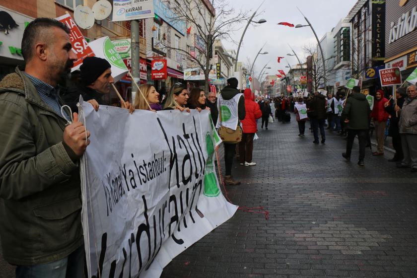 Kanal İstanbul'a karşı döviz ve pankartların taşındığı insan zinciri.