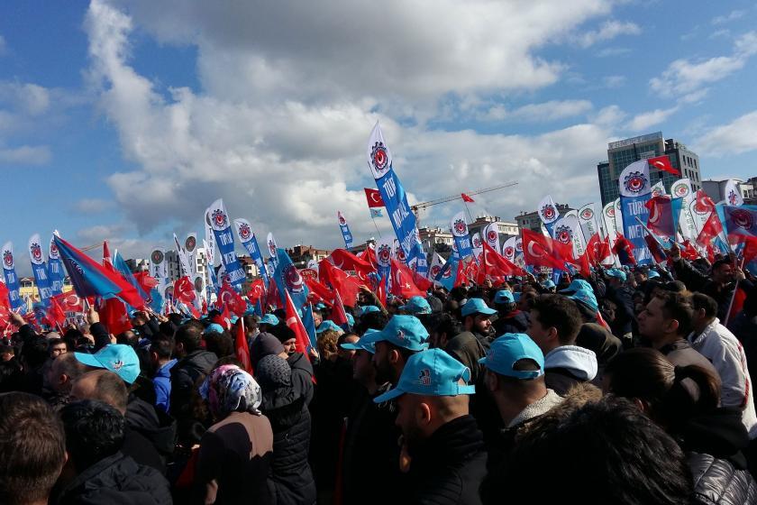 Bursa'da miting alanındaki metal işçileri