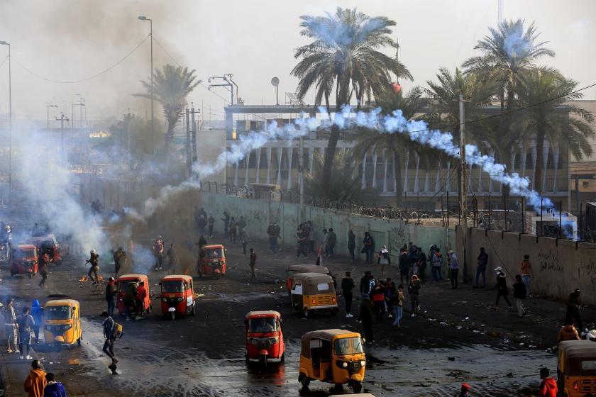 Irak'da hükümeti protesto etmek için yol kapatma eylemi yapan halka dönük polis müdahalesi