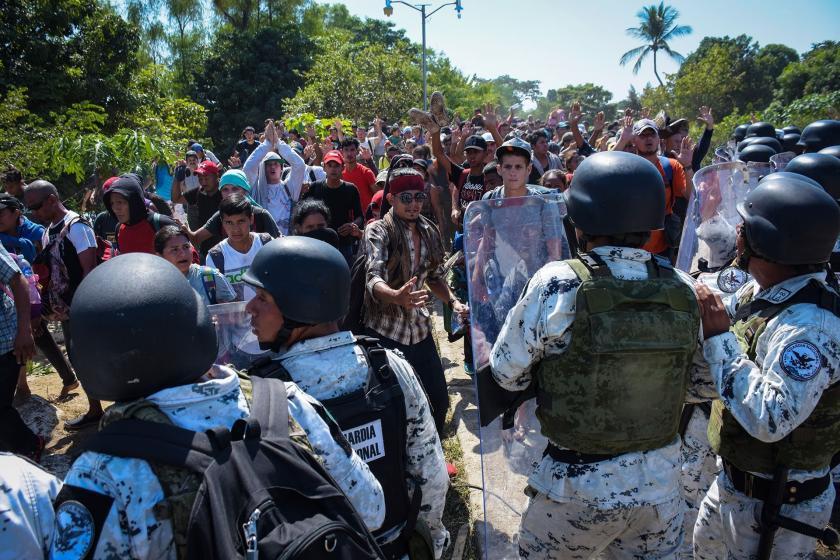 Meksika sınırındaki mülteciler ve polis