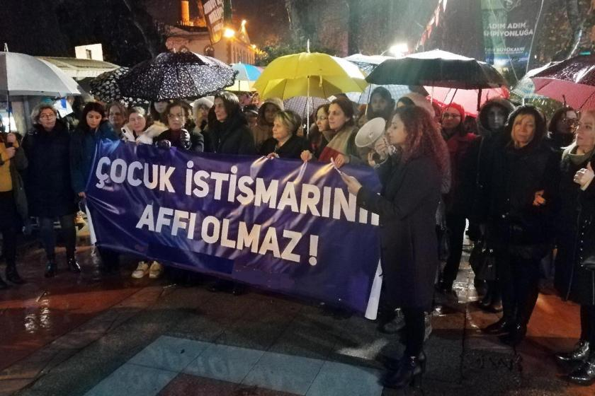 Kocaeli'de kadınlar 'Çocuk istismarının affı olmaz!' pankartı ile istismarlara tepki gösterirken