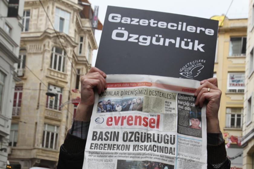 'Gazetecilere Özgürlük' eyleminde Evrensel'in 'Basın özgürlüğü Ergenekon kıskacında!' manşetli sayısını tutan bir el