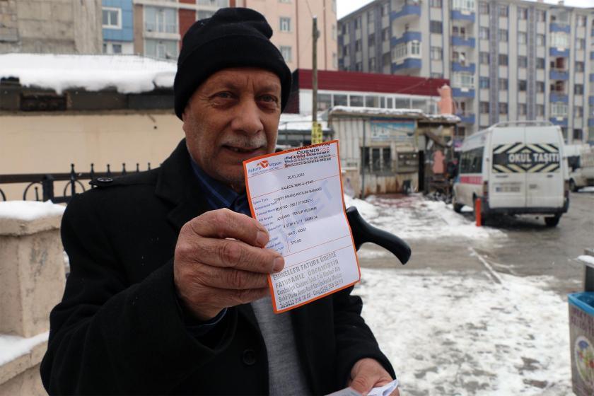 Ödediği doğalgaz faturasını gösteren bir vatandaş