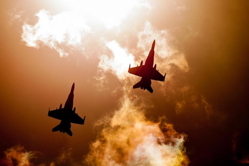 İki savaş uçağı gökyüzünde uçarken