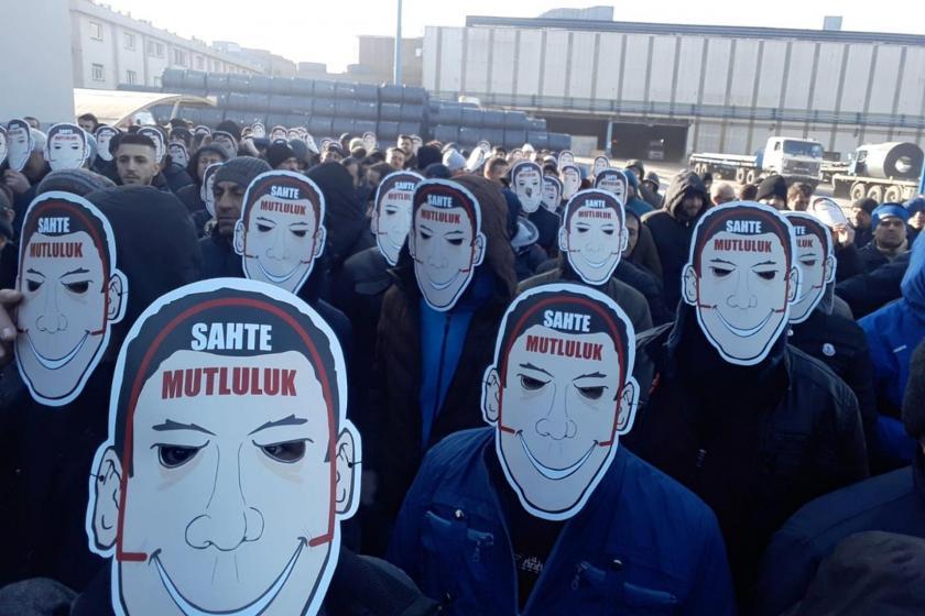 Türk Metal üyesi işçiler yüzlerinde 'sahte mutluluk' maskesi takarak eylem yaptı