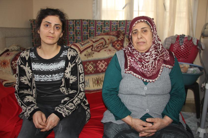 Kadın cinayetinde öldürülen Şehriban Çatı'nın annesi (sağda), ablası (solda)