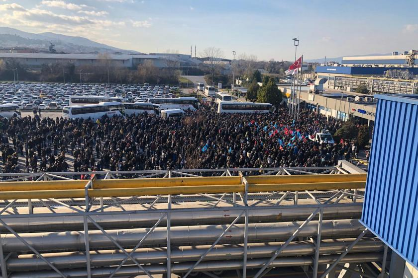 Ford Otosan'da iş durdurma eylemi yapan işçiler