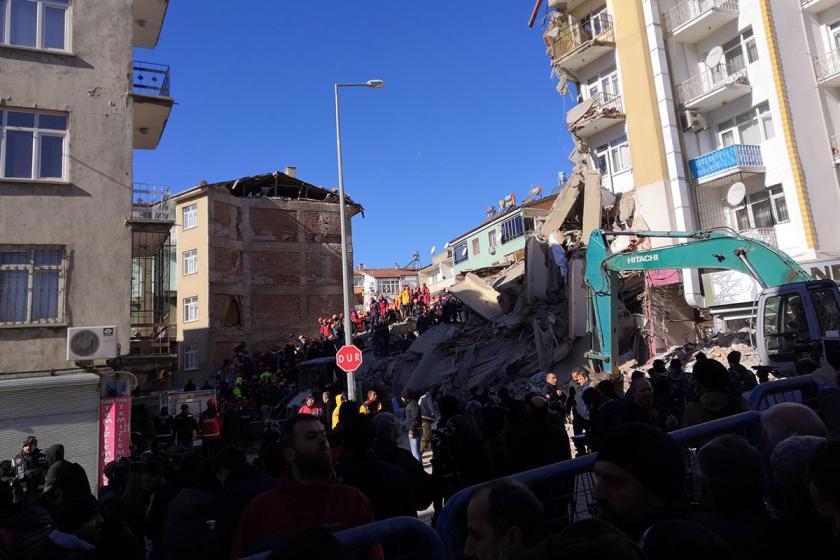 Depremde Sivrice'de yıkılan bir bina ve yürütülen kurtarma çalışmaları.