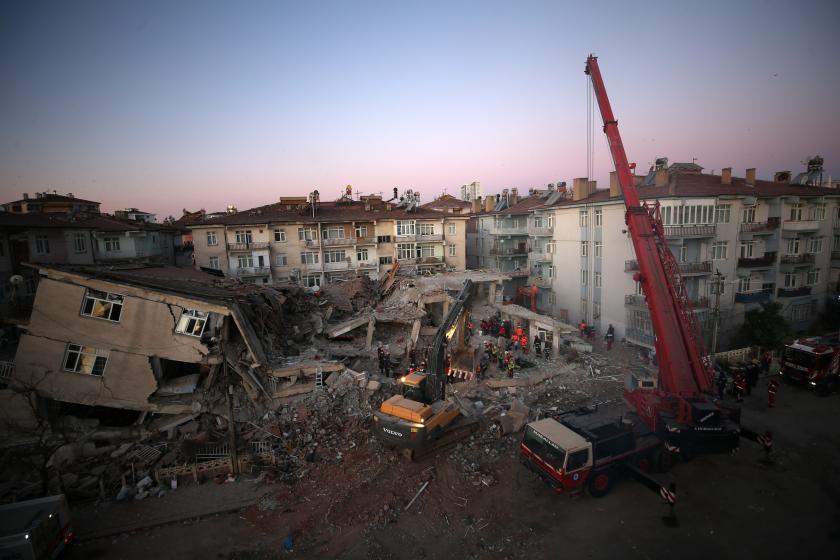 Elazığ'daki depremin ardından arama kurtarma çalışmaları